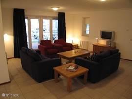 FLAT Lounge mit TV und DVD / Video-Player. Mit Blick auf den Park und Veranda / Terrasse