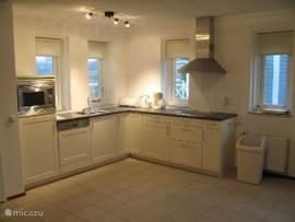 Luxus-Küche komplett mit allen Geräten (Mikrowelle, Kaffeemaschine, Wasserkocher, Toaster, Kaffeemaschine, Zitruspresse, etc.)