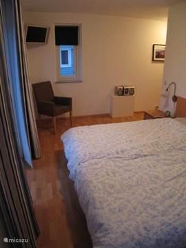 Das geräumige Master Schlafzimmer mit Balkon, Flat TV und Stereoanlage.  Alle Schlafzimmer haben Verdunkelung.