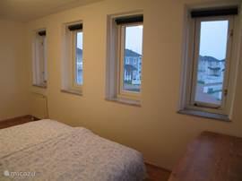Andere Schlafzimmer mit 6 Fenstern zum Park / Wasser. Selbst Schreibtisch für jede Wartung. Laptop (WLAN kostenfrei zur Verfügung) hier möglicherweise sogar Babybett.  Alle Schlafzimmer haben Verdunkelung.