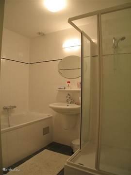 Badezimmer mit Whirlpool-Badewanne, Waschbecken und Dusche. (Mit Thermostate)