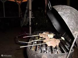 Ook met zijn tweetjes is het heerlijk genieten van een BBQ-n. Er zijn goede slagers in de buurt en op de markt kun je heerlijke vissoorten, grote garnalen kopen. Maar ook de vegetariers kunnen heerlijk BBQ-n met aubergines, paprika, pompoen, fruit e.d.