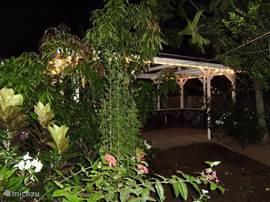S avonds is het hier een geweldige plek om romantisch met familie en of vrienden te BBQ-n. Ook heel gezellig voor een klein onderonsje!  Overdag is het een heerlijke schaduwplek met lekker veel wind. Lekker chillen in de hangmatten, beschikbaar voor de gasten. Of ploft neer in een tuinzet.  We h