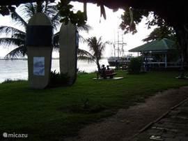 Nabij Huise Rosa. De Waterkant met uitzicht op de Suriname rivier en Bosje brug.