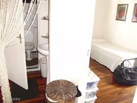Slaapkamer 3 met Fan  Heeft 2 losse uitschuifbare bedden. Het is ook een heerlijke kamer om je strijk te doen en je koffers weg te zetten.   Centraal tussen alle kamers vindt je de badkamer en het toilet met een wastafel.  Hygiene staat bij huize Rosa hoog in het vaandel. Het toilet en de bad