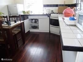 Mooie keuken met gasfornuis koelkast, magnetron, waterkoker, koffiezet apparaat, rijstkoker. Van A tot Z compleet.