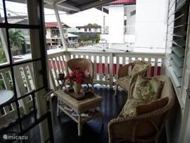 Het balkon is de belangrijkste plek van het huis. Je voelt je hier zo relaxed en veilig. Je zit hoog en droog. Ook als het regent dan kun je je heerlijk vermaken op het balkon.