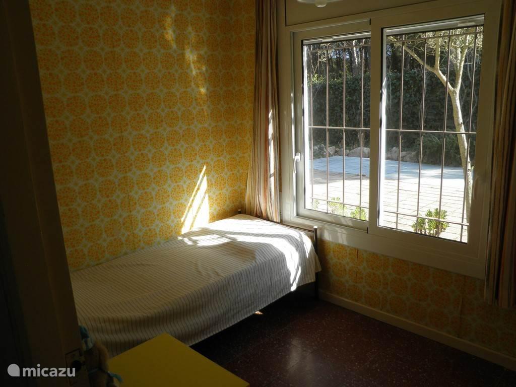 3e slaapkamer bedmaat 200x80 met inbouwkast en ruimte voor aanwezig invouw kinderbed