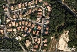 rechts het huis en uiterst links zwembad.Het huis ligt aan een doorgaande weg met alleen bestemmingsverkeer.