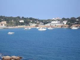Het strand 'Sant Pol' gezien vanaf de rondweg
