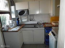 keuken met vaatwasser-koel-vrieskast,magnetron,koffiezetautomaat,senseoapparaat,waterkoker 4-pits aardgas,afzuigkap en keukeninventaris