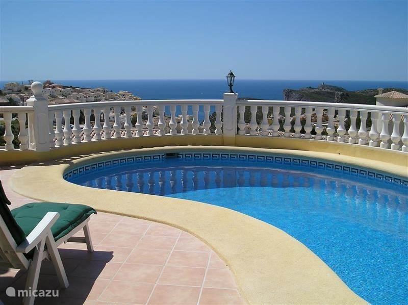 Luxe villa op de Cumbre del Sol met privé zwembad en panoramisch uitzicht op zee. Dichtbij Alicante en Valencia in een van de meest gezonde gebieden ter wereld aan de Costa Blanca, met een warm en stabiel klimaat. Mooi voor zomergasten en overwinteraars.