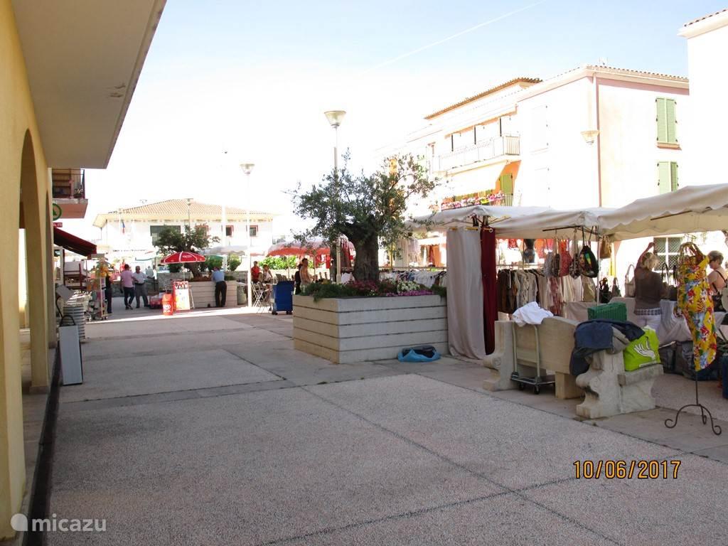 Een beeld van de wekelijkse markt in het dorp