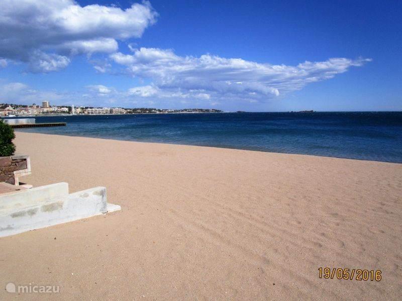 brede schone stranden in de buurt