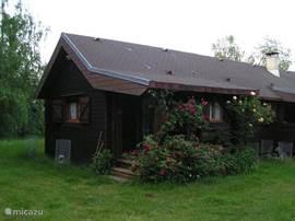 Het huis welke geheel vrij staat ,niet in een bungelowpark dus. geheel prive en heel erg stil en staat in een mooie natu
