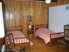 slaapkamer met drie eenpersoonsbedden en een logeerbed,en babycampingbedje,dekbedden en dekens beschikbaar,bedlinnen zel