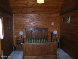 Slaapkamer 2 met een tweepersoonbed erg sfeervol klassiek ingericht,met dekbed of dekens, bedlinnen zelf mee te nemen, o