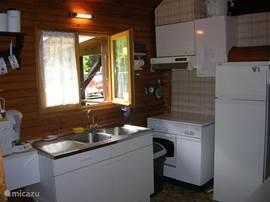 Keuken niet erg groot , maar wel alles aanwezig zoals een magnetron, ijskast,frietpan,boodbakmachine,koffiezetter, sense