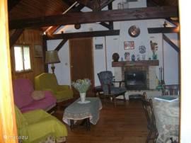 Woonkamer met balkenplafond,open haard, elektrische verwarming in alle kamers,airco TV met nederlandse zenders en DVD sp