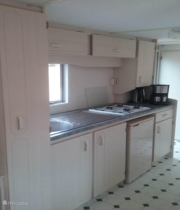 De keuken met o.a. 4-pitsgasstel, koelkast met vriesvakje, koffiezetapparaat en waterkoker