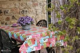 Eettafel en stoelen in de besloten privétuin