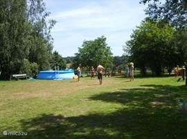 Op onze minicamping (12 staplaatsen)staan een zwembad van 5 meter doorsnede en speeltoestellen en zandbak. Iedereen kan hiervan gebruik maken, ook de gasten uit onze 2 gîtes.