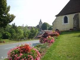 Ainay le Chateau is een pittoresk dorpje waar je prachtig kunt wandelen, het heeft een mooie kerk en kasteel om te bezichtigen.