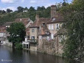 Het pittoreske plaatsje Hérisson gelegen aan de rivier de Aumance ligt op 30 minuten rijden bij ons vandaan.