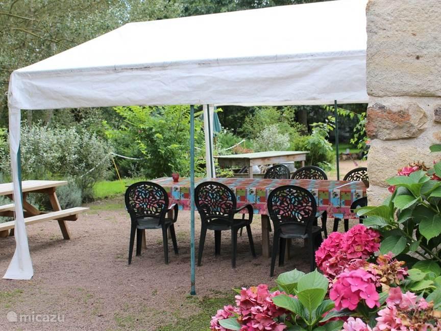 De WiFi-tent, tevens ontmoetingspunt en gezamenlijk terras voor de gasten