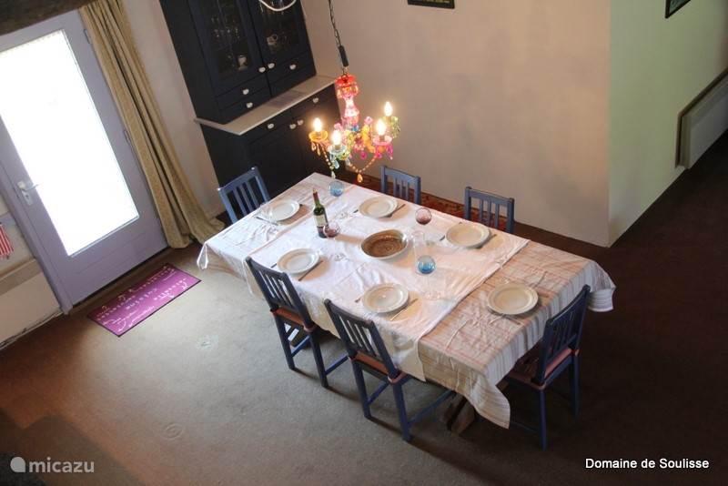 Open keuken met Combi Magnetron en Senseo apparaat, waterkoker en veel keukengerei, grote eettafel met stoelen en veel ruimte.