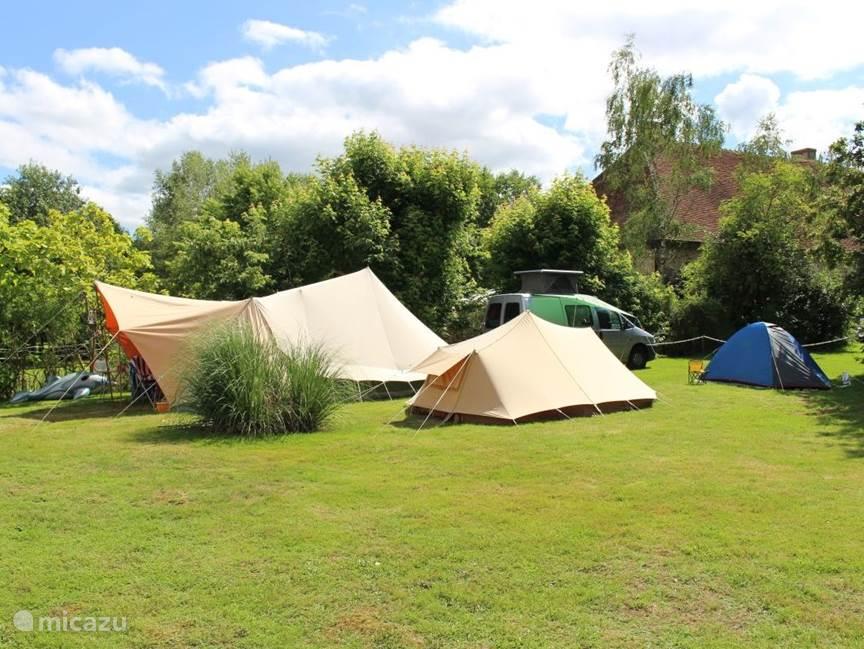 Een gedeelte van de camping in het hoogseizoen