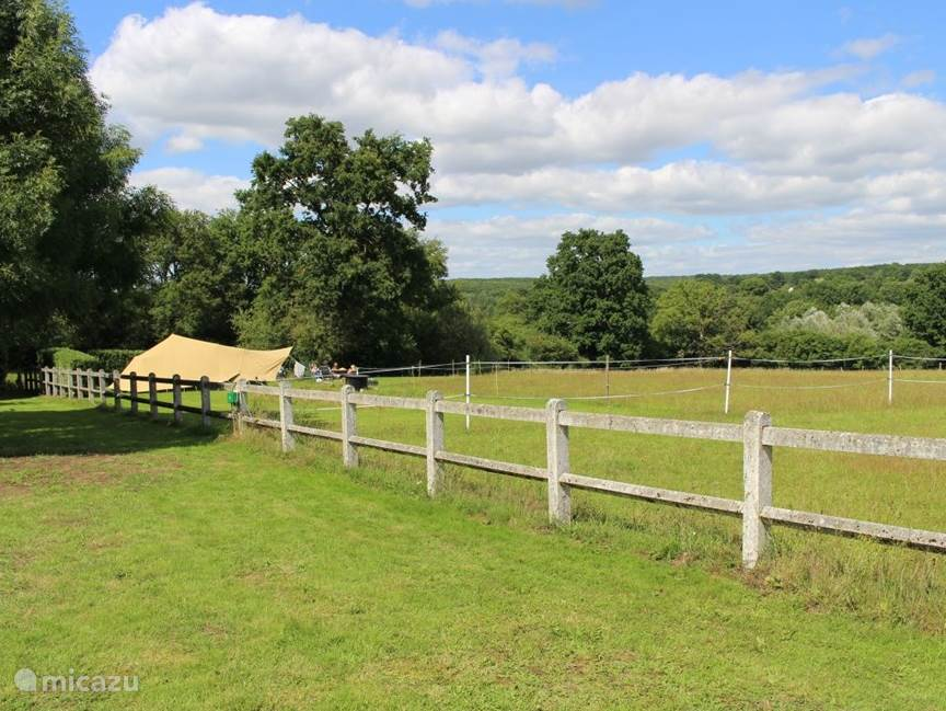 Op de camping verhuren wij een de Waard tent, deze tent staat op een prachtige plek met eigen tuin.