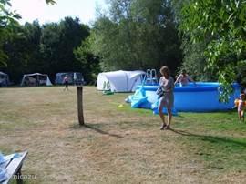 Van het zwembad op de minicamping geniet jong én oud met de warmte, óók de gasten van de gîtes.