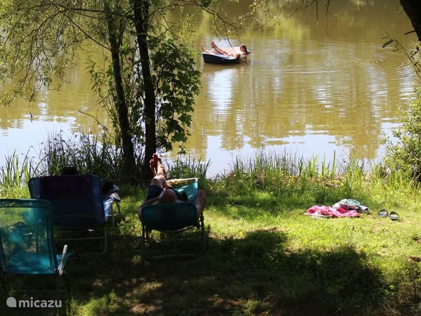 Aan het meer van Soulisse liggen 2 bootjes, vrij te gebruiken voor de gasten.