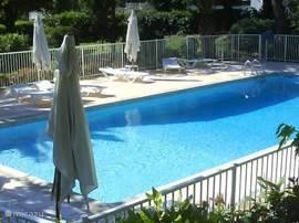 Zeer ruim 4 k. appartement met zwembad in schitterende Domaine tussen Antibes en Nice. 15 minuten wandelen naar zee (of 5 autominuten). Rustig gelegen in park.  Ned TV, vaatwasser, wasmachine, strandstoelen, dus van alle comfort voorzien.