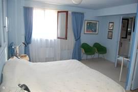lichte zonnige slaapkamer