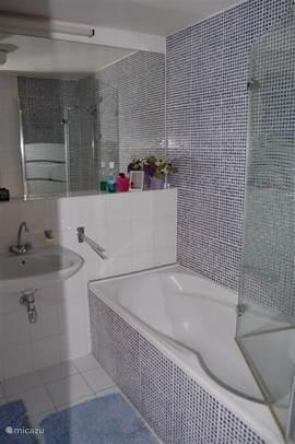 Badkamer en suite met ligbad