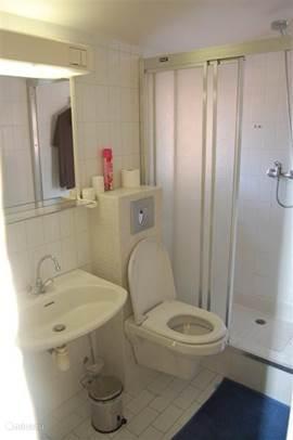 2e badkamer (douche) met toilet