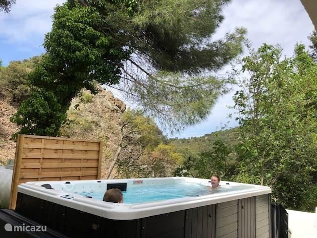 De spa de nage! Zwemmen met tegenstroom en bubbelen in de whirlpool.