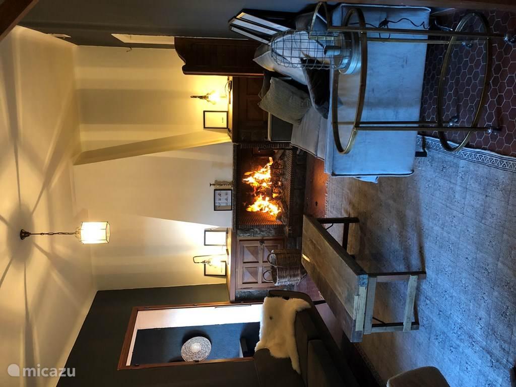 De gerenoveerde sfeervolle woonkamer.