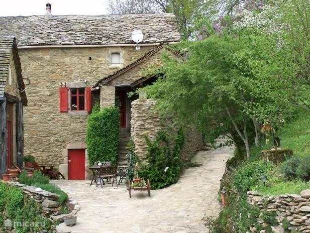 Domaine De La Barthe ligt in de Aveyron, Monts de Levezou grenzend aan het Parc Naturel Regional des Grand Causses en nabij groot meer. Heerlijke plek voor de rustzoekers die houden van natuur en wandelen. Het huis is voorzien van vele originele details
