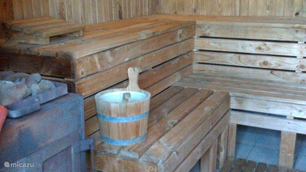 Houtgestookte sauna gesvchikt voor 6 personen. Douche aanwezig.