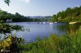 Lac de Pareloup met mogelijkheden tot zwemmen, windsurfen, zeil- en motorbootverhuur.