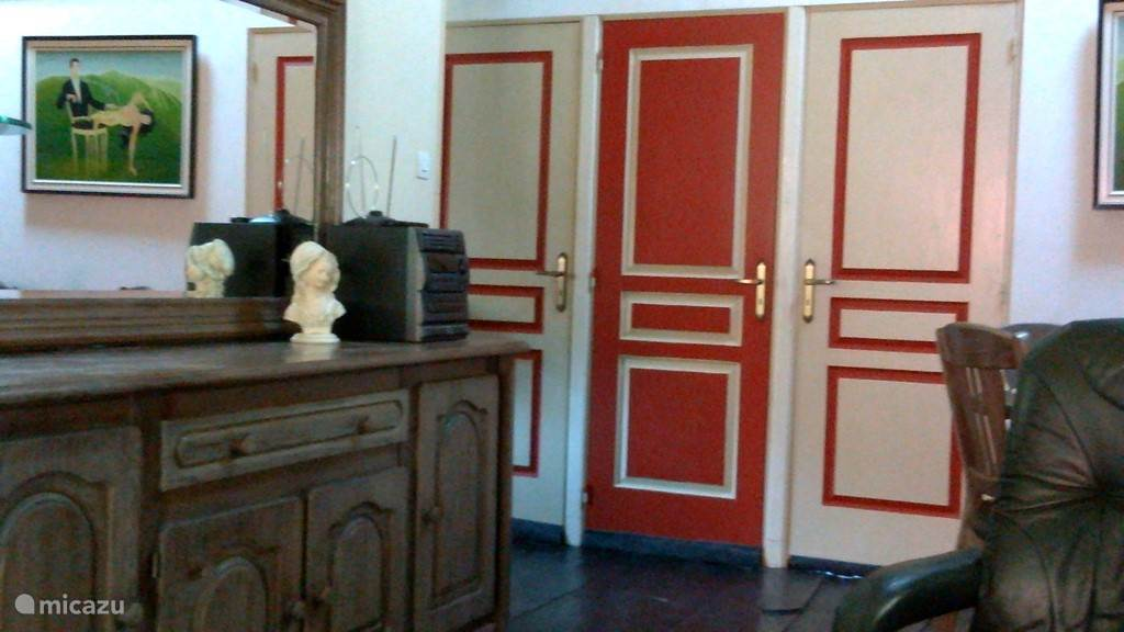 Entree 3 slaapkamers. Rechts masterbedroom met 2-persoonsbed; links slaapkamer met twee 1-persoonsbedden; in het midden de tap naar de 3e slaapkamer met twee 1-persoonsbedden
