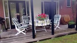 Waranda voorzien van zeer comfortabele tuinstoelen.