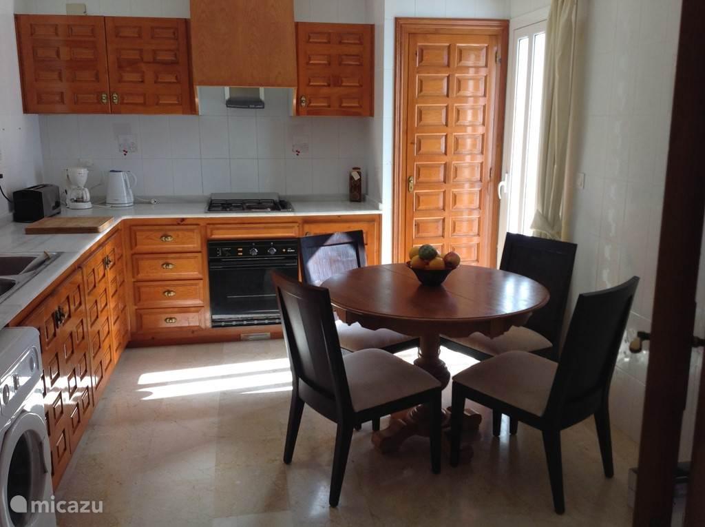 keuken met onder andere vaatwasser, wasmachine, oven, magnetron