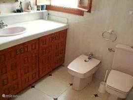 badkamer voor de 2e en 3e slaapkamer, met 2 wastafels, bad met douche, bidte en toilet