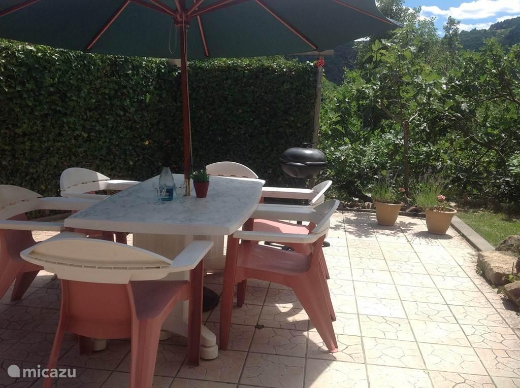 Tuin 25m2 betegeld met tuinset en el bbq, 25m2 gazon met ligbedden, vollesige privacy, omzoomd doot hederahaag, vijgenbomen en coniferen, aansluitend aan de woon eet keuken.