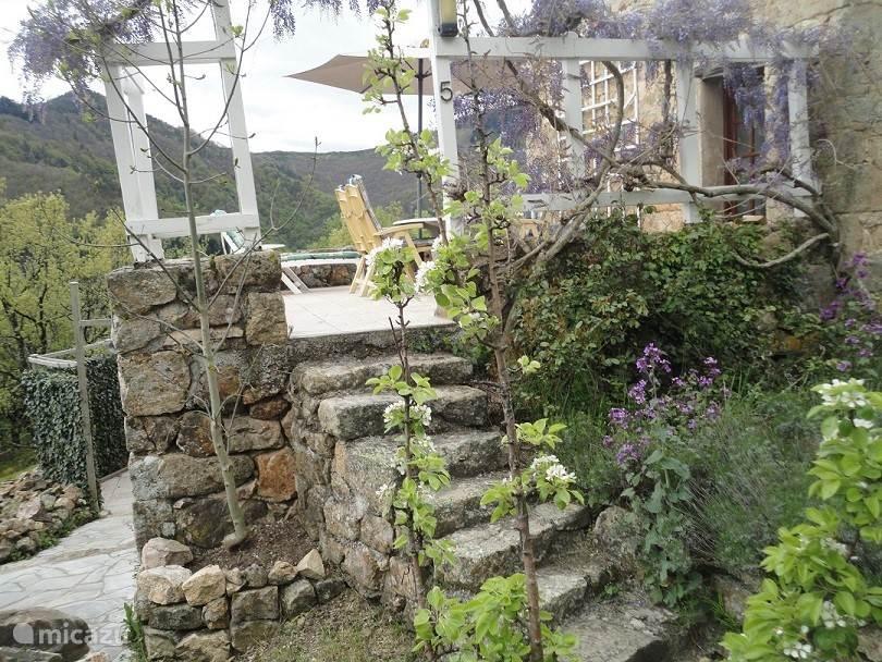 Boventerras, betegeld 25m, met Hartman tuinset , ligbed en parasol. Volop zon en prachtig panorama over de bergen.