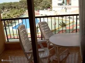 Ruim Balkon met uitzicht op het zwembad.